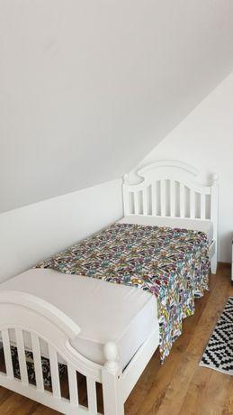 Białe łóżko jednoosobowe