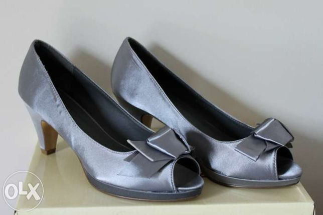 Sapatos de salto cinza