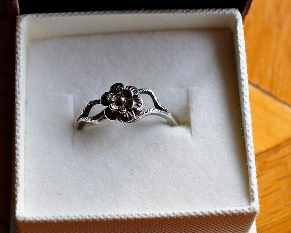 Srebrny pierścionek kwiatek