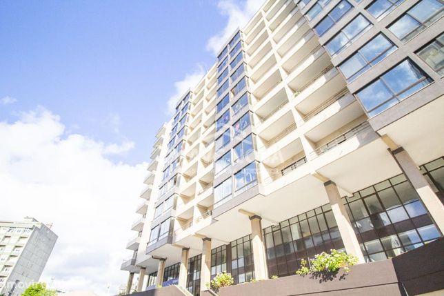 Apartamento T2 - garagem e varanda - Nascente/Sul - Av. da República