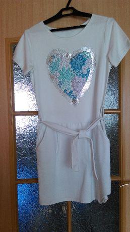 Biała dresowa sukienka z serduszkiem