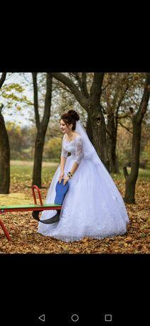 Продам не венчанное воздушное свадебное платье белого цвета.