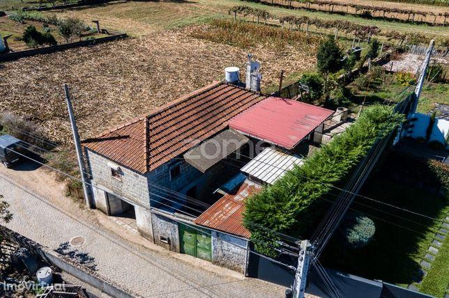 Moradia com terreno para recuperar em Macieira de Rates, Barcelos