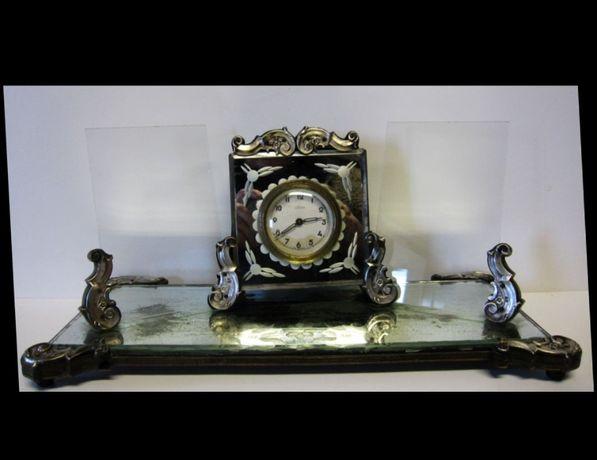antigo relógio de mesa com applicaçóes em prata, espelhos e 2 molduras