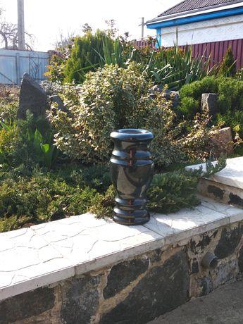 продаю ритуальную вазу из гранита 30 см