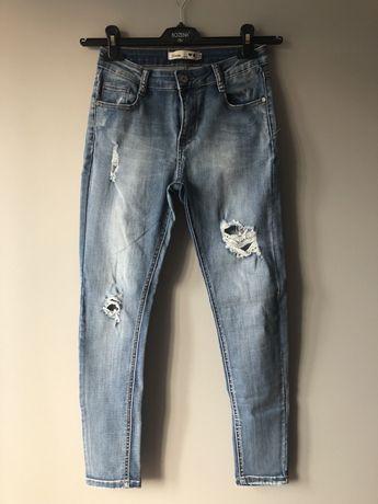 Jasne jeansy z dziurami