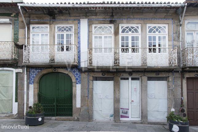 Moradia de 2 Pisos com Loja no Centro de Penafiel