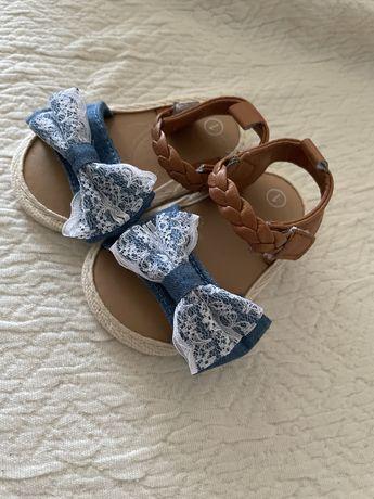 Sandálias de bebé novas