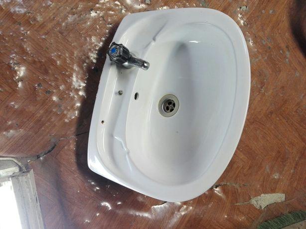 Lavatório com torneira