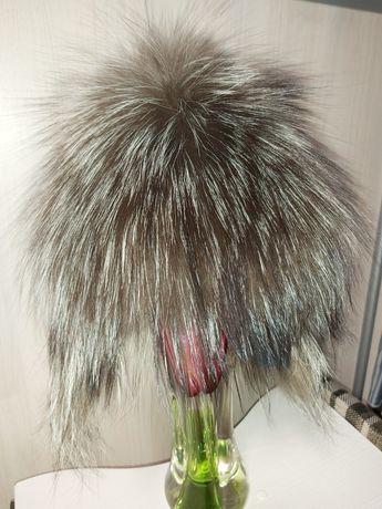 Шапка с натурального меха чернобурки на вязаный основе из шерсти.