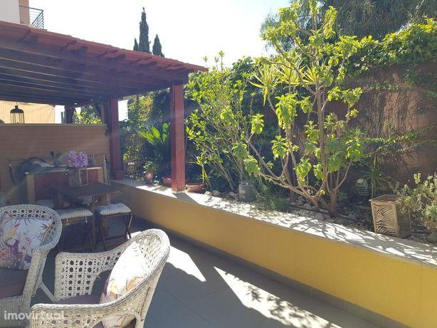 Apartamento T2 com Magnifico Terraço , localizado na Abux...