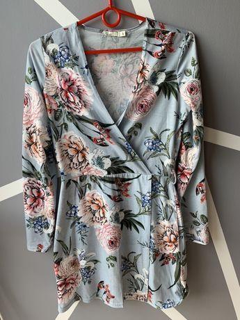 Jasno niebieska sukienka w kwiaty