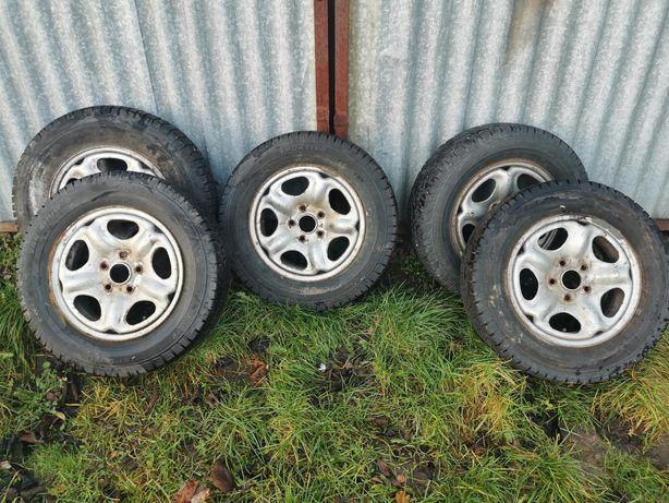 Opony zimowe komplet z felgami 195/70 R15 do Land Rovera.