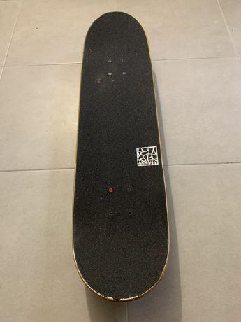 Skate com poucas marcas de uso