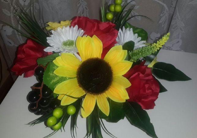 Sztuczny stroik piękne kwiaty, żywe kolory