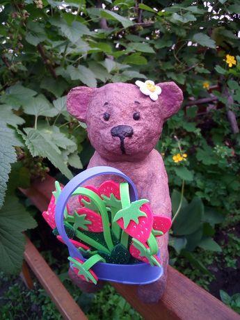 Медведь с клубникой фигурка подарок сувенир ватная ватный 14 см
