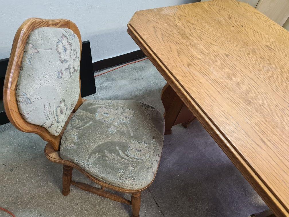 Drewniany rozkładany stół i dwa krzesła