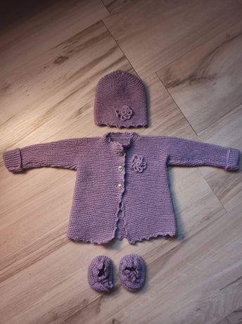 Fioletowa czapka sweterek rozpinany i buciki rozmiar 56 robiona na dru
