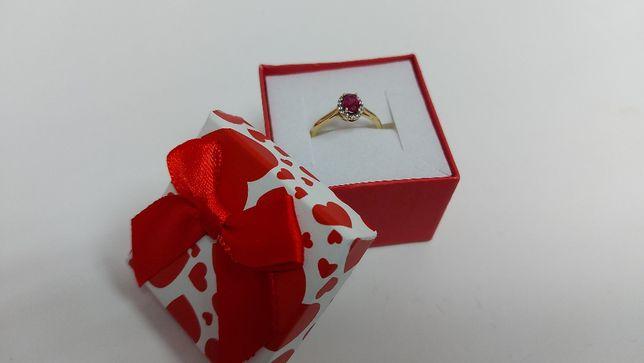 Złoty pierścionek z fioletowym oczkiem i cyrkoniami złoto 585