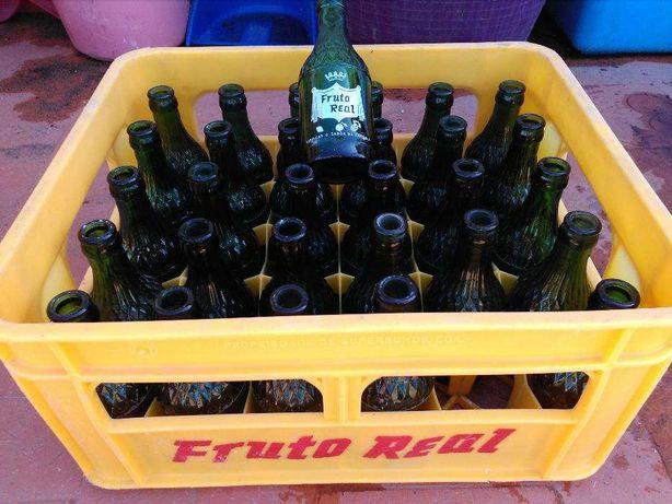 9 grades cheias com garrafas de Fruto Real