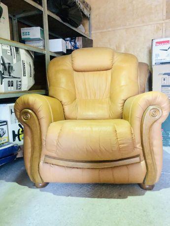 Продам 2 кожанных кресла.