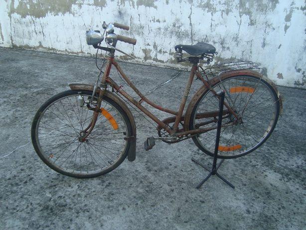 Bicicleta ye-ye senhora antiga