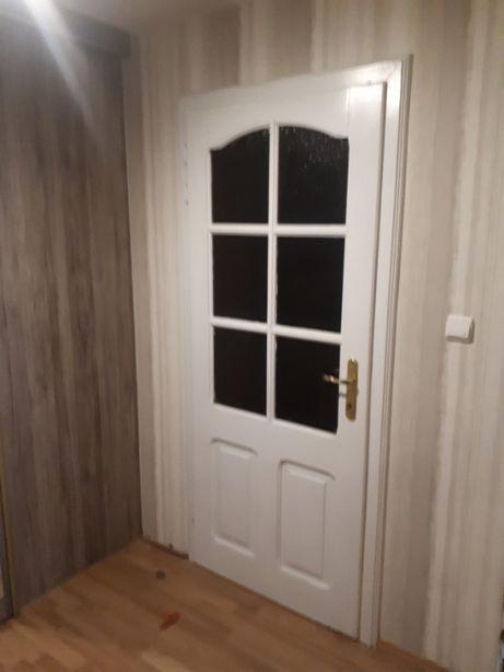 Drzwi do pokoju z futrynami