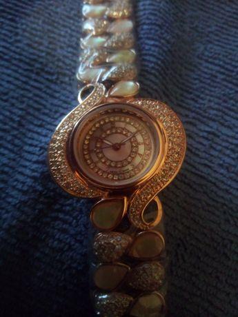 Женские часы Cartier.