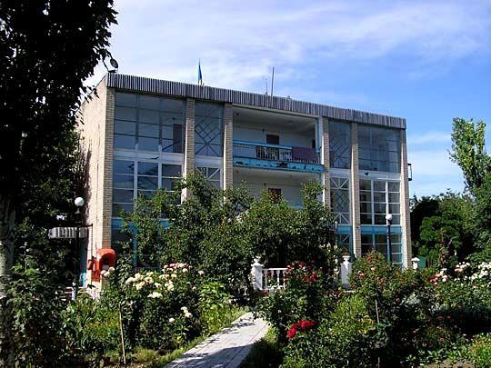 Продам базу отдыха в центре пгт.Кирилловка (до моря 600м)