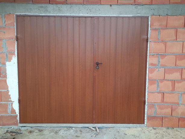 drzwi garażowe dwuskrzydłowe z blachy lub płyty