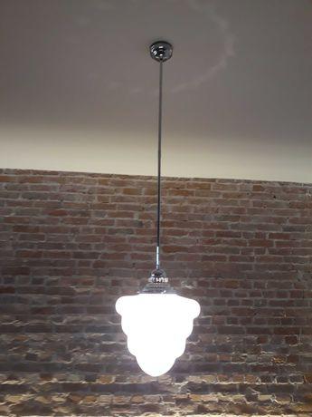 Lampa sufitowa art deco, na długiej sztucy.