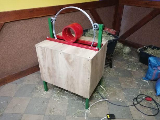 Maszyna do robienia kulek z siana do zajęcy . Wielkanocy. Dekoracja