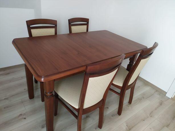 Drewniany stół z czterema krzesłami