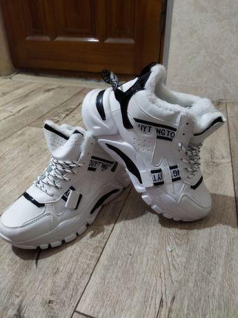Нові утепленні кросівки