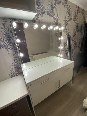 Косметический стол для визажистов, парикмахеров и бровистов