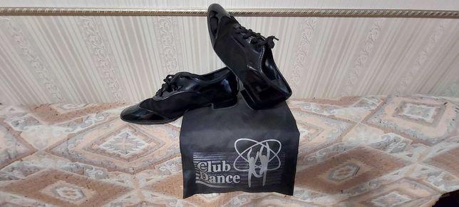 Лакированные туфли для танцев.