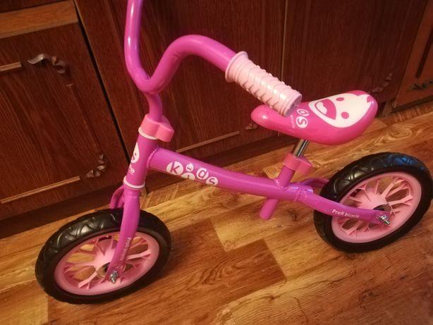 Беговел ,рама металл,колеса прочные и бесшумные.Для детей 1,5-4 лет.