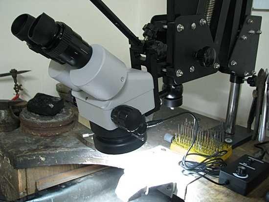 Mikroskop stereoskopowy ze stojakiem i oświetleniem led