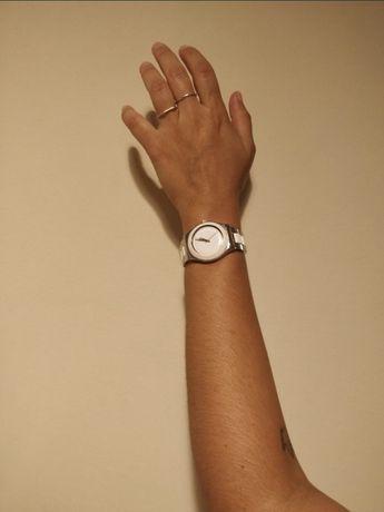 Relógio Watch branco e prateado