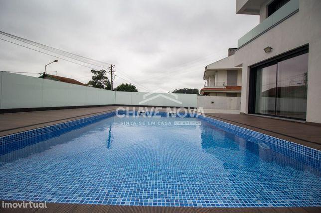 Moradia T4 nova, com piscina, 3 frentes. Matosinhos.