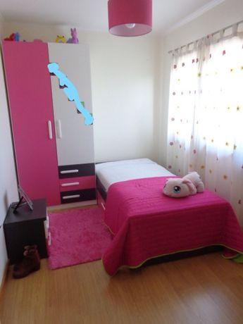 Cama, armário e mesinha cabeceira