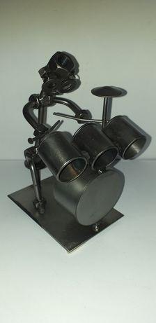 Figurka metalowa śrubki robot muzyk perkusista
