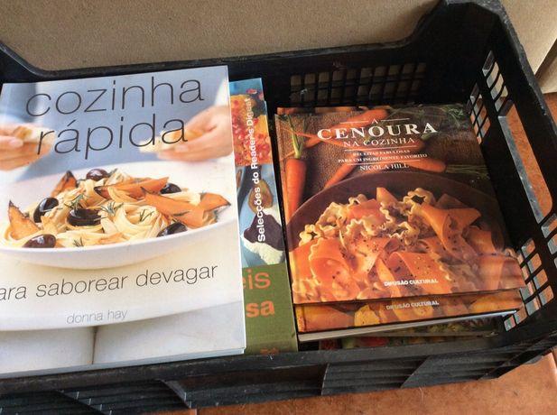 Caixa com vários livros de culinária