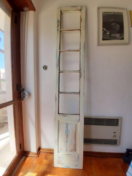 Porta de madeira recuperada (pode levar cinco vidros)