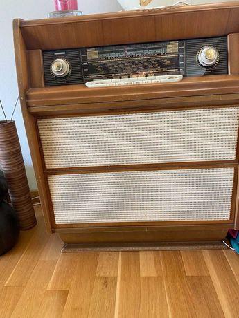 rádio vintage com móvel