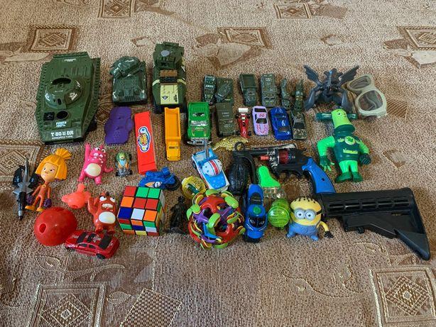 Різні іграшки для хлопчиків і дівчаток