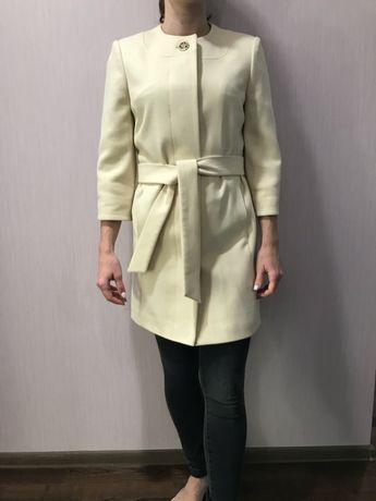 Осеннее белое пальто 34 р