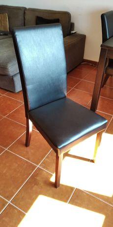 Conjunto de 4 Cadeiras pretas em imitação de pele.