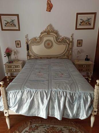 Conjunto de cama, mesinhas de cabeceira, cómoda, espelho e cadeira