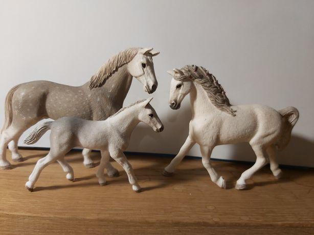 Rodzina koni rasy Holsztyńskiej schleich